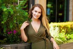 Portret van mooie jonge gelukkige vrouw royalty-vrije stock afbeeldingen