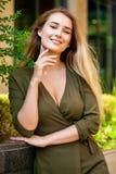 Portret van mooie jonge gelukkige vrouw stock foto's
