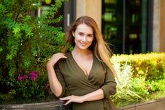 Portret van mooie jonge gelukkige vrouw royalty-vrije stock foto