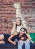 Portret van mooie jonge meisjes die vers sap drinken royalty-vrije stock afbeeldingen