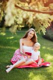 Portret van mooie jonge moeder met haar zoon royalty-vrije stock foto's