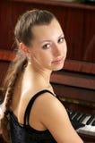 Portret van mooie jonge pianist Stock Afbeelding