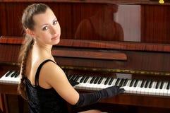 Portret van mooie jonge pianist Royalty-vrije Stock Afbeeldingen