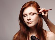 Portret van mooie jonge redheaded vrouw met estheticianmak stock foto's