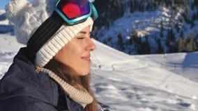 Portret van mooie jonge snowboardervrouw die luchtmening bekijken stock videobeelden