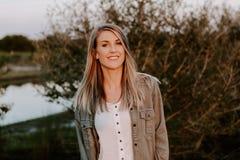 Portret van Mooie Jonge Volwassen Professionele Vrouwelijke Vrouwenmannequin Person Smiling Outside bij het Park in Aard met Natu stock afbeeldingen