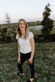 Portret van Mooie Jonge Volwassen Professionele Vrouwelijke Vrouwenmannequin Person Smiling Outside bij het Park in Aard met Natu royalty-vrije stock afbeeldingen