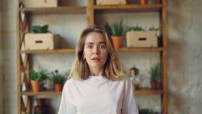 Portret van mooie jonge vrouw die camera bekijken en haar mond met opwinding openen die dan met vreugde glimlachen stock video