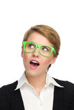 Portret van mooie jonge vrouw die in groene glazen verrast kijken. Stock Afbeelding