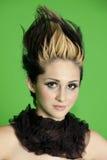 Portret van mooie jonge vrouw die sjaal met spiked haar over groene achtergrond dragen Royalty-vrije Stock Fotografie