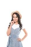 Portret van mooie jonge vrouw die in strohoed bij camera glimlachen Royalty-vrije Stock Afbeelding