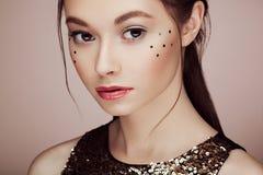 Portret van mooie jonge vrouw in een glanzende gouden kleding royalty-vrije stock foto