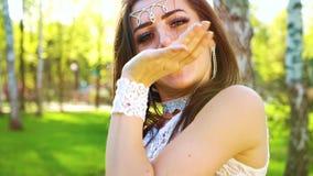 Portret van mooie jonge vrouw in glamourkostuum die in zonlicht buiten dansen stock video