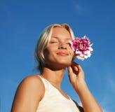 Portret van mooie jonge vrouw met bloem Royalty-vrije Stock Afbeelding