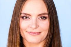 Portret van mooie jonge vrouw met bruin haar royalty-vrije stock foto
