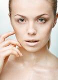 Portret van mooie jonge vrouw met dalingen van water Royalty-vrije Stock Fotografie