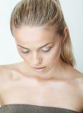 Portret van mooie jonge vrouw met dalingen van water Royalty-vrije Stock Afbeelding
