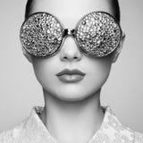 Portret van mooie jonge vrouw met gekleurde glazen Stock Foto's