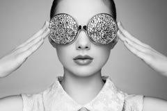 Portret van mooie jonge vrouw met gekleurde glazen Royalty-vrije Stock Afbeelding