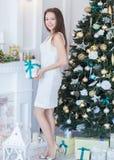 Portret van mooie jonge vrouw met gift op achtergrond Nieuwe Ye Royalty-vrije Stock Foto