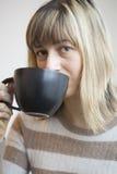Portret van Mooie Jonge Vrouw met het Drinken van Koffie Stock Fotografie