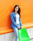 Portret van mooie jonge vrouw met het winkelen zakken stock foto