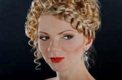 Portret van mooie jonge vrouw met kapsel royalty-vrije stock foto's
