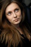 Portret van mooie jonge vrouw met lang haar Stock Afbeelding