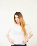Portret van mooie jonge vrouw met lang haar in een witte blouse Royalty-vrije Stock Foto