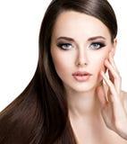 Portret van mooie jonge vrouw met lang recht bruin haar stock foto