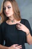 Portret van mooie jonge vrouw met make-up met juwelenpreci royalty-vrije stock foto's