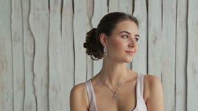 Portret van mooie, jonge vrouw met mooie samenstelling en elegant kapsel stock videobeelden