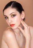 Portret van mooie jonge vrouw met verse schoon Stock Afbeeldingen