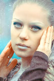 Portret van Mooie Jonge Vrouw met Zilveren Kerstmisballen Stock Afbeeldingen