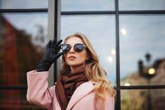 Portret van mooie jonge vrouw met zonnebril De Levensstijl van de stad Vrouwelijke manier close-up bezinningsachtergrond royalty-vrije stock afbeeldingen