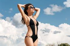 Portret van mooie jonge vrouw op de strandvakantie die F hebben Stock Foto