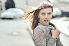 Portret van mooie jonge vrouw - in openlucht stock fotografie