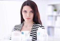 Portret van mooie jonge vrouw in winkel Stock Afbeeldingen