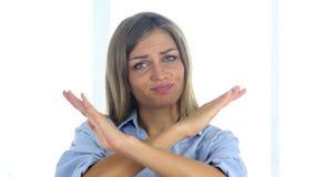 Portret van mooie jonge vrouwen gesturing verwerping, weigering stock video