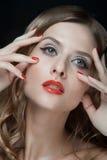 Portret van mooie jonge vrouwen met rode lippen Stock Afbeeldingen