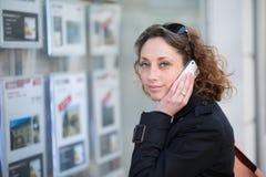 Portret van mooie jonge vrouwen in stad Royalty-vrije Stock Foto