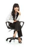 Portret van mooie jonge vrouwenzitting op stoel stock afbeeldingen