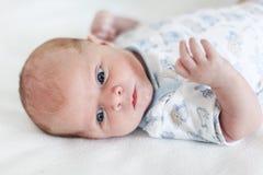Portret van mooie Kaukasische pasgeboren babyjongen, binnen Stock Foto's