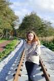 Portret van mooie Kaukasische vrouw die warme kleren dragen en bij spoorwegen lopen - de herfst Stock Afbeelding