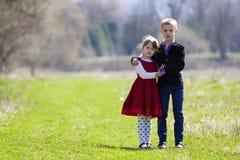 Portret van mooie kinderen in nieuwe kleren die zich verenigen Stock Afbeeldingen