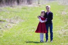 Portret van mooie kinderen in nieuwe kleren die zich verenigen Stock Afbeelding