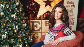 Portret van mooie krullende vrouwen dichtbij Kerstmisboom viering Royalty-vrije Stock Afbeelding