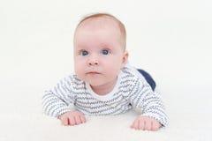 Portret van mooie 3 maanden baby die op buik liggen Stock Foto's