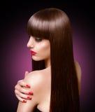 Portret van mooie maniervrouw met lang gezond bruin haar Stock Afbeeldingen