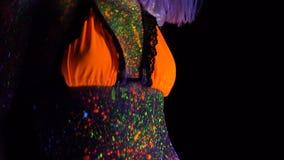 Portret van mooie maniervrouw in neon uvlicht ModelGirl met Fluorescente Creatieve Psychedelische Make-up, Art. stock video